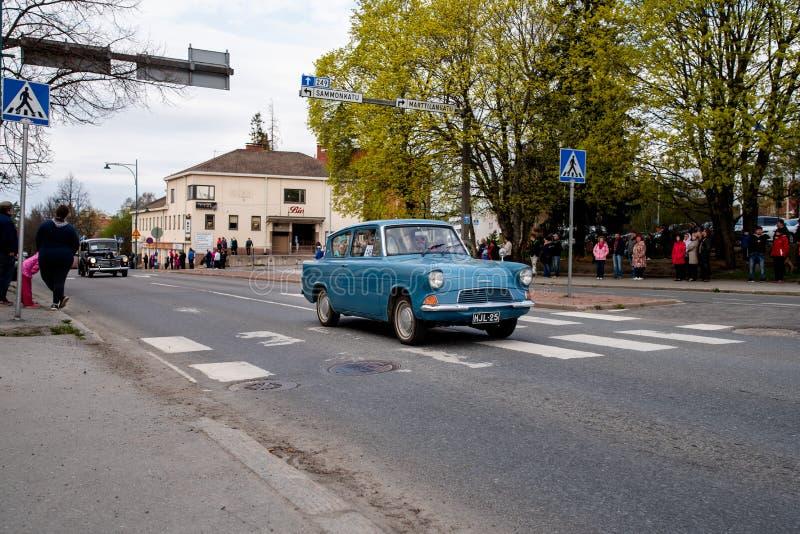 Ford Anglia dessus d'abord de défilé de mai dans Sastamala photographie stock