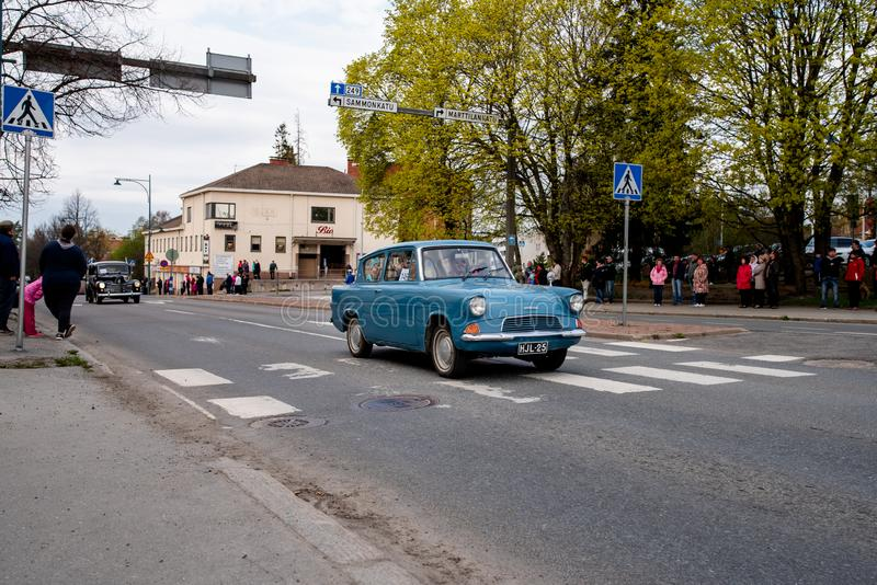 Ford Anglia sobre primeiramente da parada de maio em Sastamala fotografia de stock