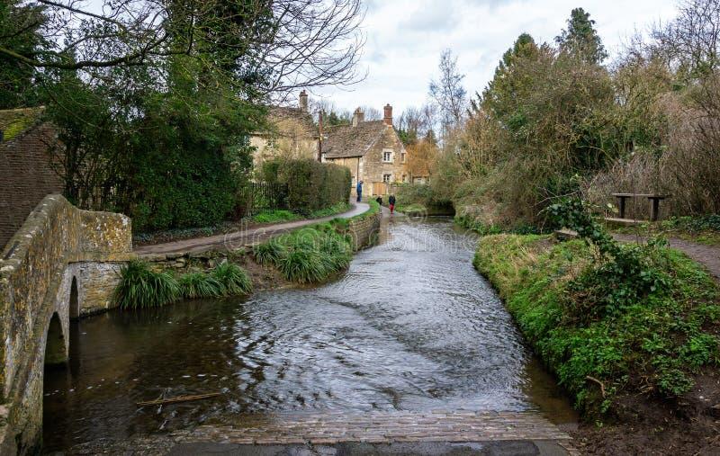 Ford attraverso un fiume nel villaggio di Lacock, Wiltshire immagine stock libera da diritti