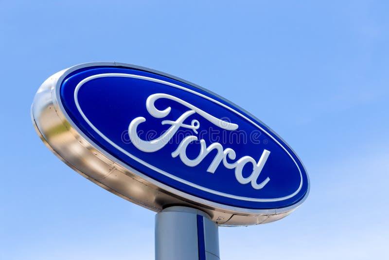 Ford Automobile Dealership Sign lizenzfreie stockbilder