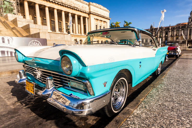 Ford clássico Fairlane no Capitólio de Havana imagens de stock royalty free