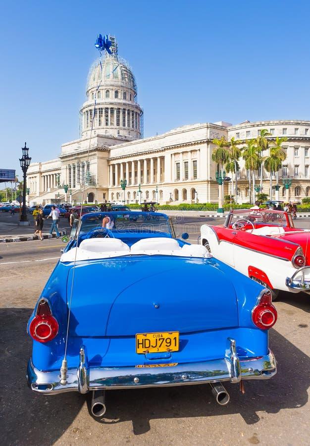 Ford convertible antiguo cerca del capitolio en La Habana fotos de archivo libres de regalías