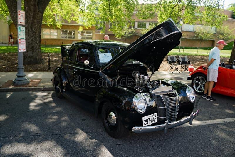 1940 Ford Deluxe negro imagenes de archivo