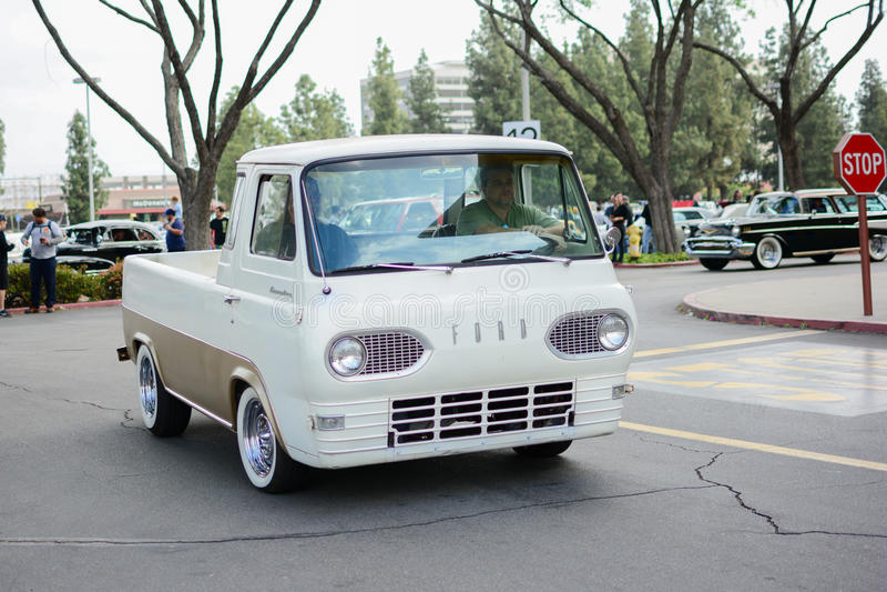 Download Ford Econoline Pickup Oldtimer Auf Anzeige Redaktionelles Stockfotografie