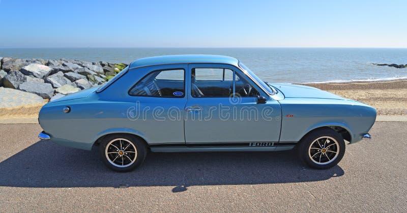 Ford Escort Motor Car Parked de plata clásico en la 'promenade' de la orilla del mar imagen de archivo