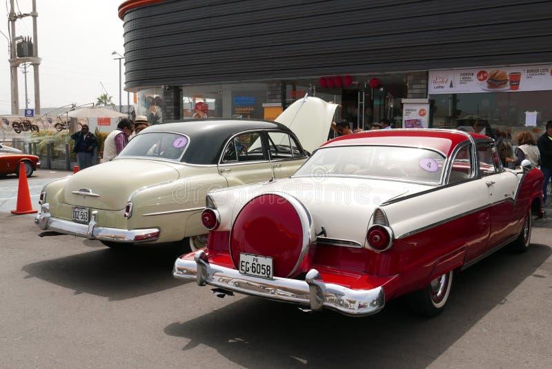 Ford Fairlane Crown Victoria Coupe rosso e bianco, Lima fotografia stock