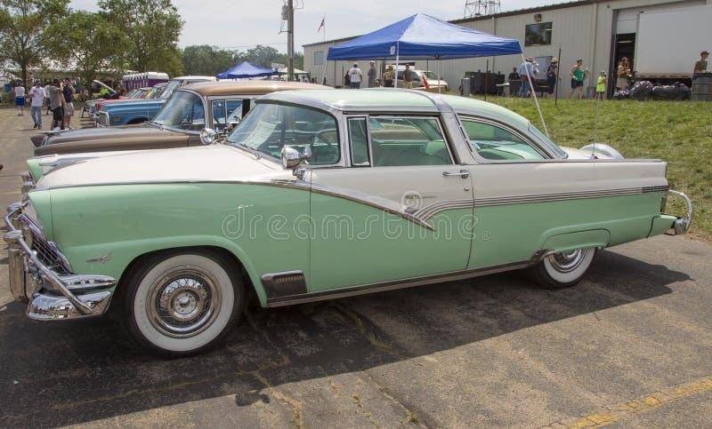 Ford Fairlane Crown Victoria Green vit 1956 fotografering för bildbyråer