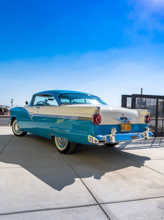 Ford Fairlane Victoria 1956 - Blue_White - vänstersidabaksida royaltyfri bild