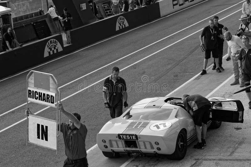 Ford GT40 nos poços durante o clássico de Le Mans imagem de stock