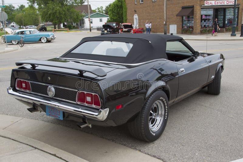 1973年Ford Mustang黑敞篷车汽车 免版税库存照片