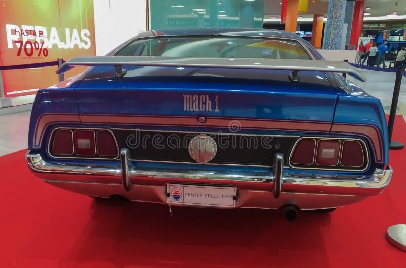 Ford Mustang Specs 1971 blå färg royaltyfri fotografi