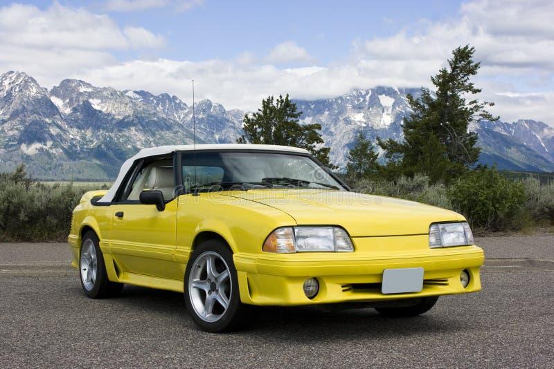 Ford-Mustang-umwandelbares Gelb 1991 lizenzfreie stockfotografie