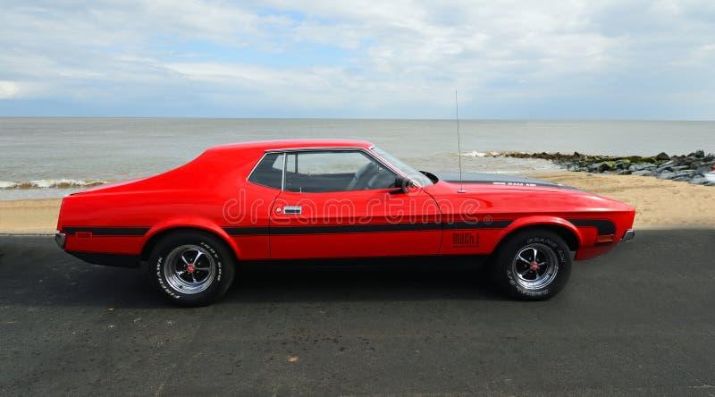 Ford Mustang vermelho cl?ssico estacionado no passeio da frente mar?tima imagens de stock