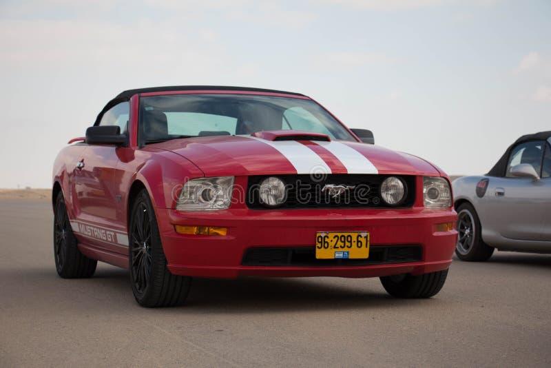 Ford Mustangs auf der Rennstrecke und auf den Straßen der Wüste stockfotos