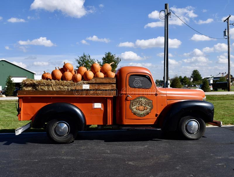 Ford Pickup Truck antiguo de Hay Bales y de calabazas fotografía de archivo