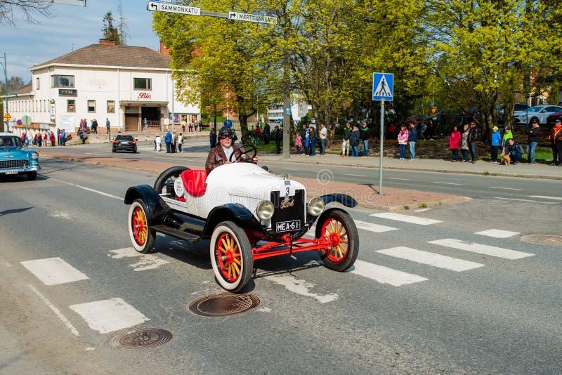 Ford T Ames 1919 dessus d'abord de défilé de mai dans Sastamala images stock