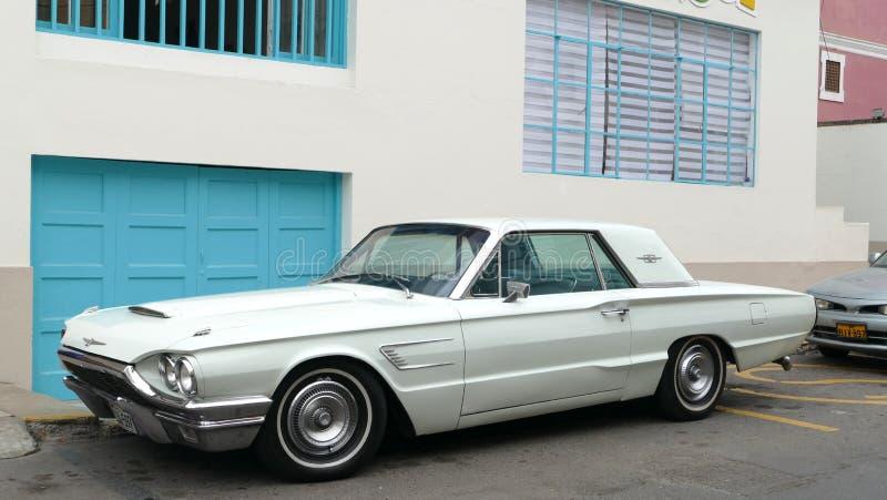 Ford Thunderbird verde chiaro in La Punta, Callao fotografia stock libera da diritti