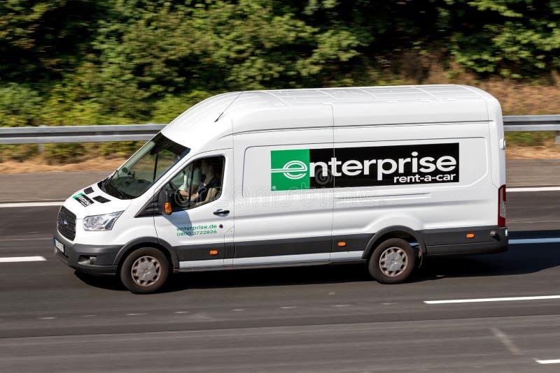 Ford Transit av företag på motorwayen royaltyfri bild