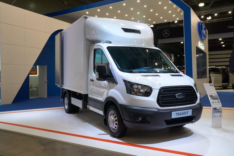 Ford Transit-de vrachtwagen bij auto toont stock foto's