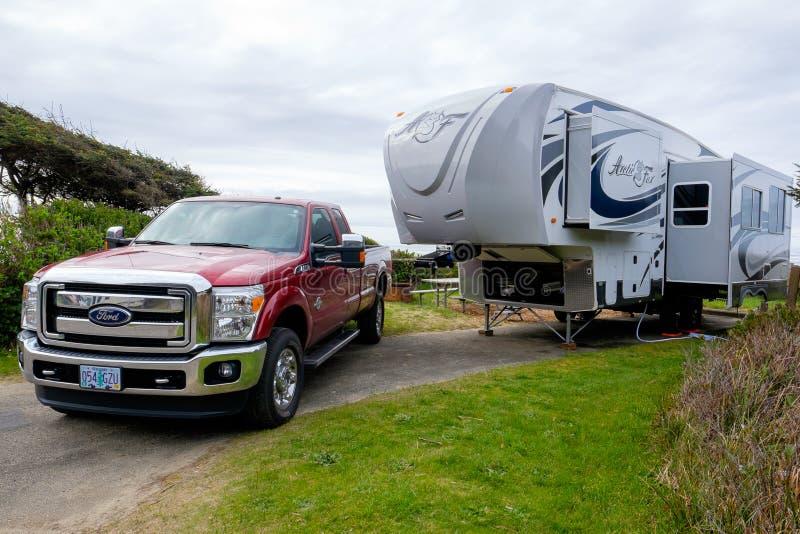 Ford Truck med det femte hjulet för arktisk räv arkivfoton
