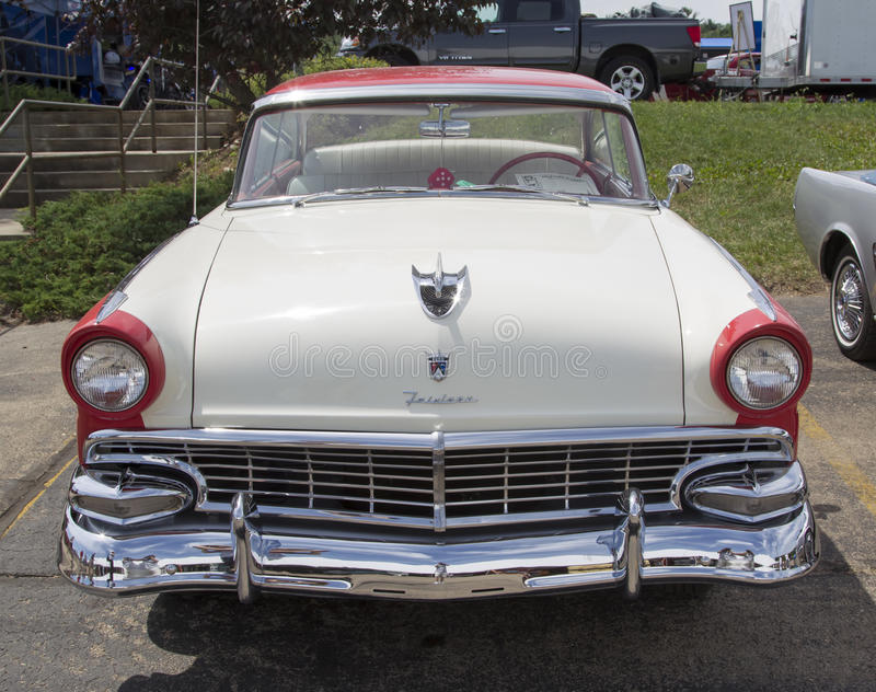 1956 Ford Victoria Fairlane blanc et rouge photo libre de droits