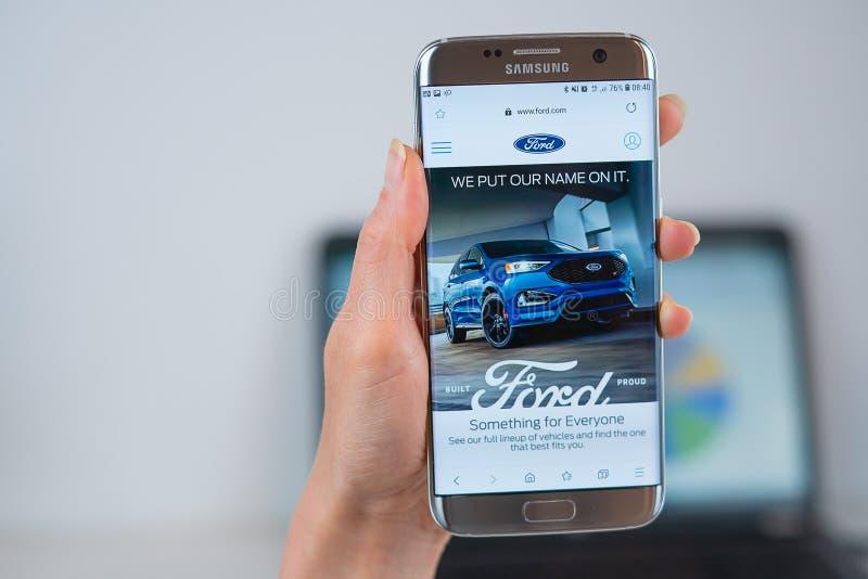 Ford webbplats som ?ppnas p? mobilen arkivfoto