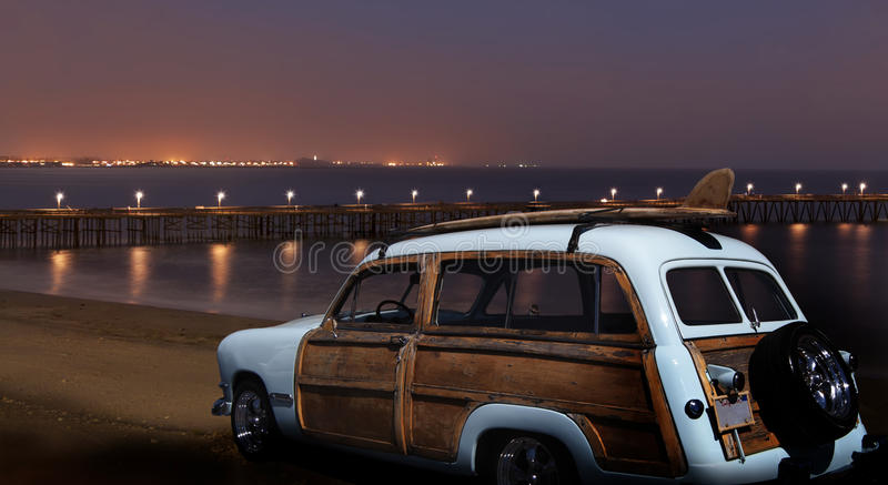 Ford Woodie d'annata alla notte fotografie stock libere da diritti