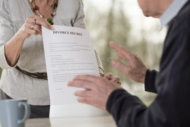 Fordrande skilsmässa arkivfoto