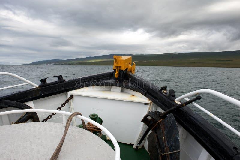 Forecastle шлюпки идя к морю на бурный день стоковое фото rf