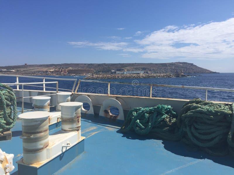 Foredeck op een intereilandveerboot stock foto's