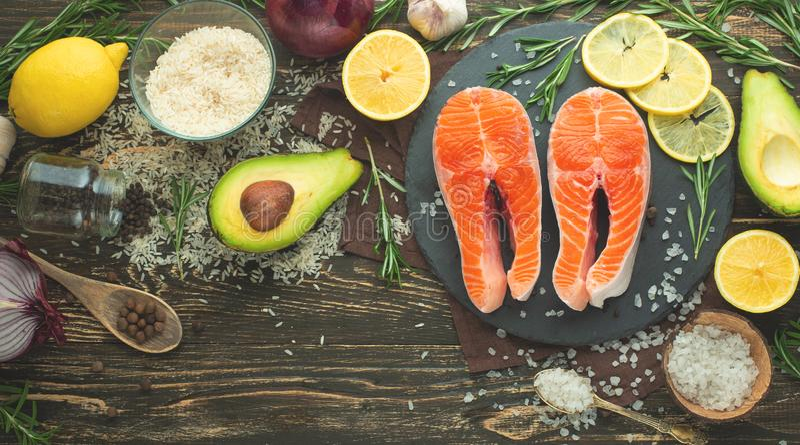 Forell för biff för ny fisk, lax, lax, rött fiskkött Med ingredienser och grönsaker på en träbakgrund Lägenhet-lekmanna- som är r arkivfoto