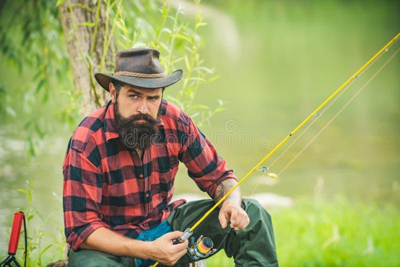 Forell p? en krok fiska klipsk man Brun forell som f?ngas i fiskn?t Flyga fiskaren som in använder flugametspöet royaltyfri fotografi