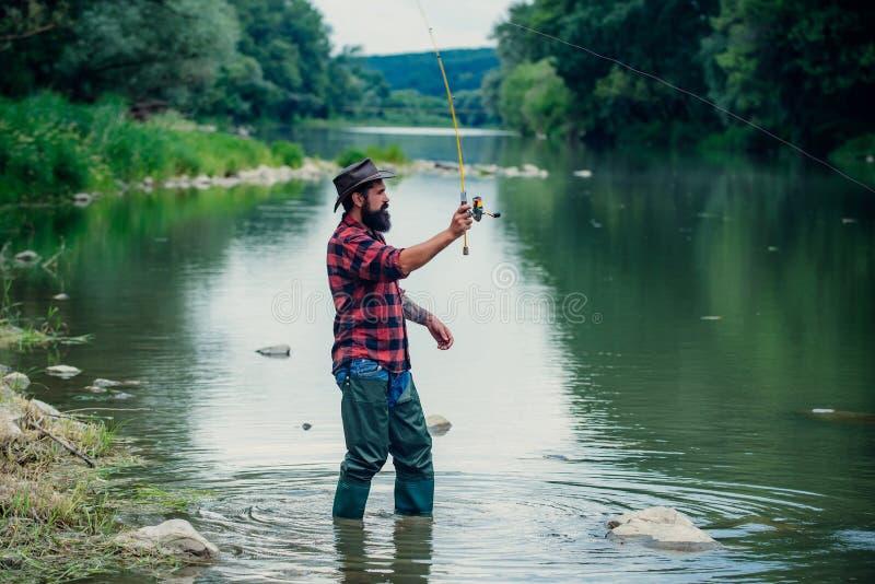 forelle Fischen des amerikanischen Anglers Noch Wasserforellenfischen Fischerei im Fluss Mann mit Angeln auf Flussliegeplatz flie stockbilder