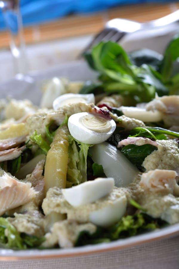 Forelle im Salat stockfotos