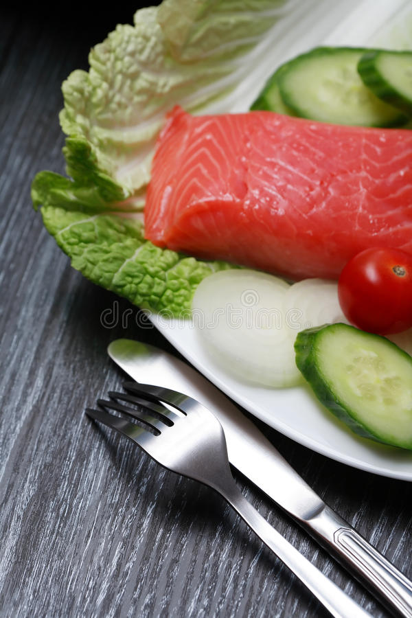 Forelle und Gemüse lizenzfreies stockfoto