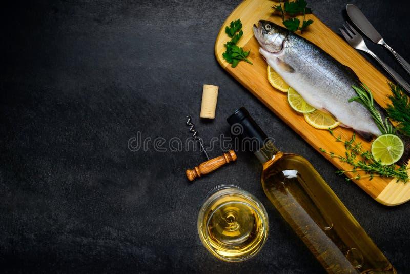 Forellen-Fische mit Weißwein und Kopien-Raum-Bereich lizenzfreies stockfoto