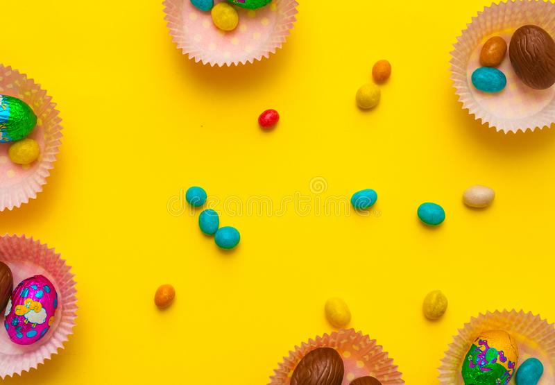 Foremka z jajkami, czekolada Wyśmienicie czekoladowi Easter jajka, cukierki na tle zdjęcie royalty free