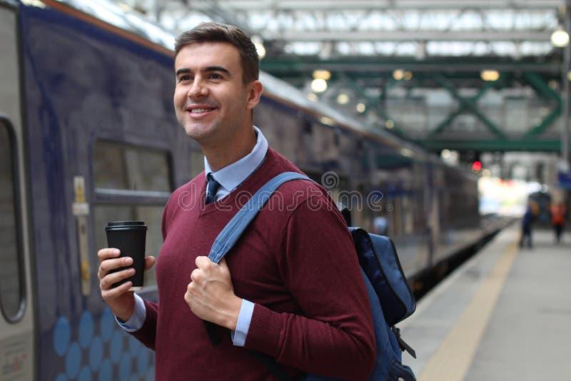 Forens ongeveer om in een trein te springen stock foto
