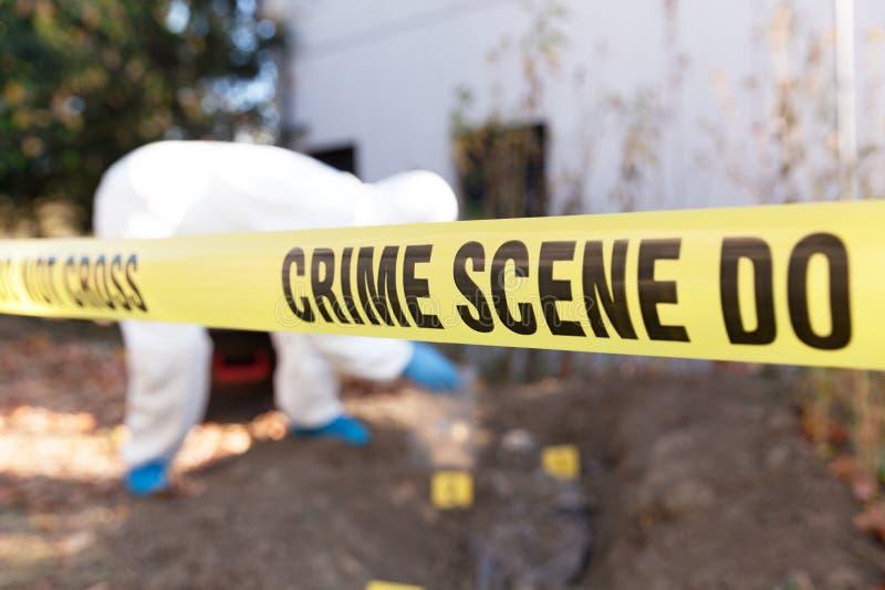 Forensikspezialist bei der Arbeit an einem Tatort lizenzfreies stockbild