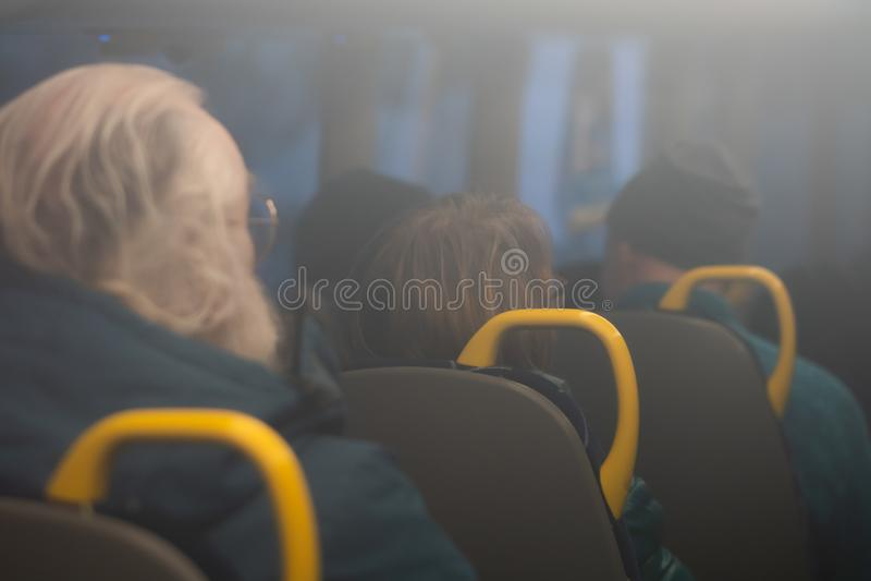 Forenzen die door bus reizen stock fotografie
