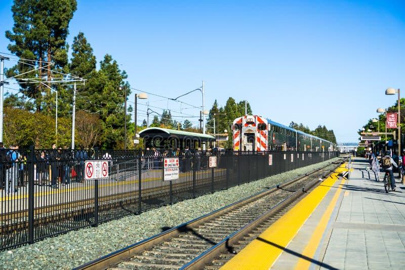 Forenzen die op het platform wachten om Caltrain naar San Francisco te nemen stock afbeeldingen