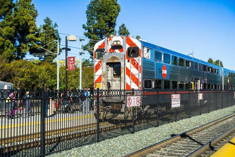 Forenzen die op het platform wachten om Caltrain naar San Francisco te nemen stock fotografie