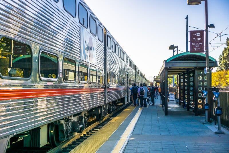 Forenzen die op het platform wachten om Caltrain naar San Francisco te nemen royalty-vrije stock afbeeldingen