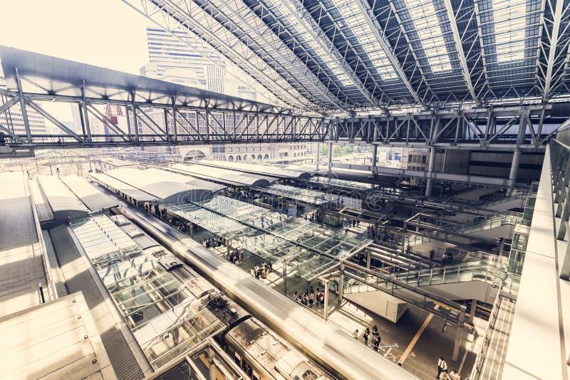 Forenzen die treinen inschepen in Osaka Station royalty-vrije stock afbeeldingen