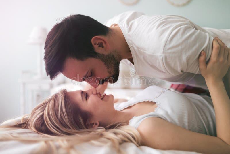 Foreplay romántico sensual por los pares en cama fotografía de archivo