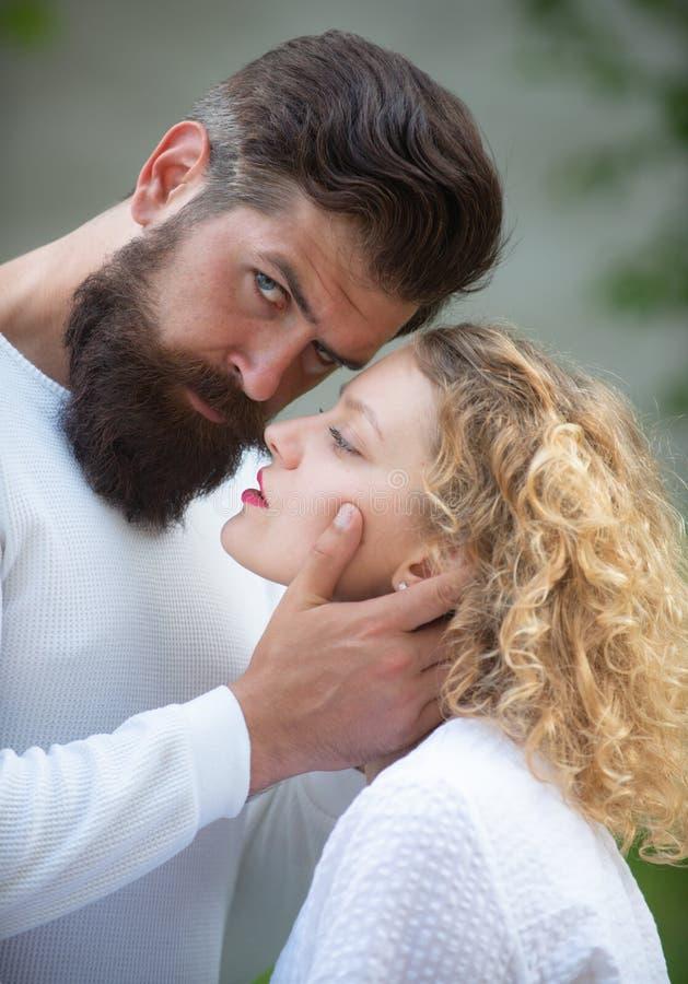 Foreplay sensuale Coppie felici nel divertiresi di amore Amante d'abbraccio della giovane signora calda cornea che geme Retro cop immagine stock libera da diritti