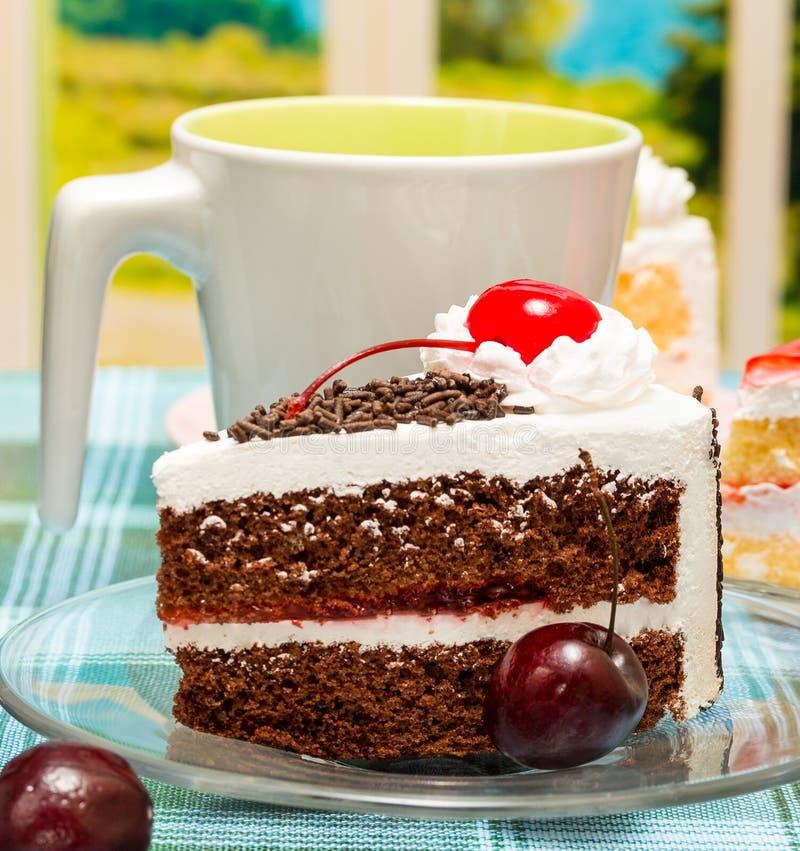 Forest Cake Indicates Coffee Break y bebidas negros imagenes de archivo