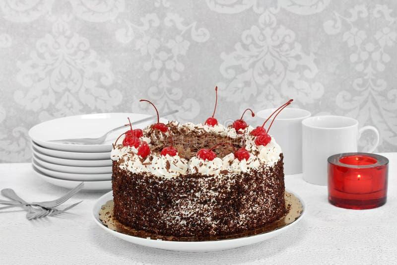 Forest Cake negro alemán en el ajuste de servicio fotos de archivo