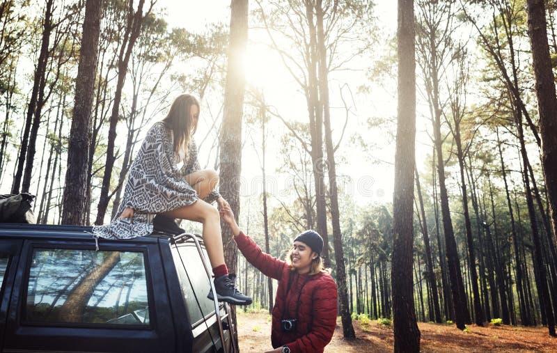Forest Car Boyfriend Girlfriend Helping-Concept royalty-vrije stock fotografie