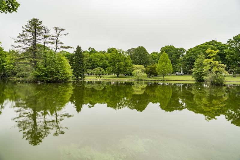 Forest Hills公墓风景和湖在波士顿麻省 免版税图库摄影